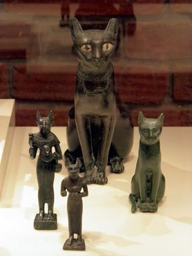 450px-Bastet,_a_feline_goddess_of_ancient_Egyptian_religion_who_was_worshipped_at_least_since_the_Second_Dynasty,_Neues_Museum,_Berlin_(8176557415)