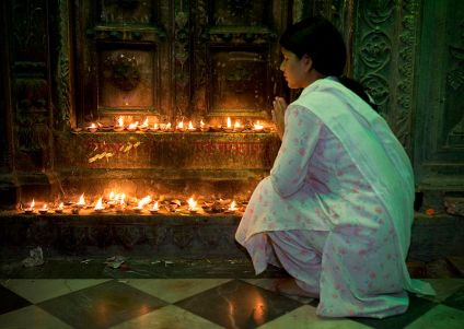 800px-India_-_Varanasi_candle_temple_-_2196