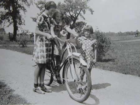 800px-Girls_learning_to_ride_a_bike_in_the_1930s