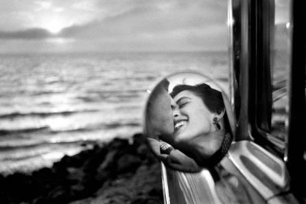 elliott erwitt california Kiss, Malibu 1955